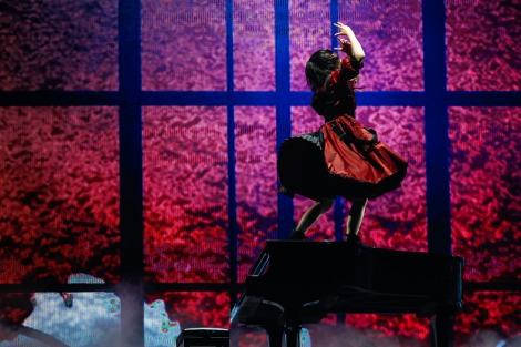 ピアノの上でソロダンスを披露する平手友梨奈=欅坂46『夏の全国アリーナツアー2019 追加公演 in 東京ドーム』より Photo by 上山陽介