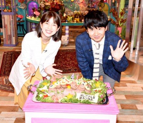 バースデーケーキを前に笑顔を浮かべた(左から)弘中綾香アナ、若林正恭 (C)ORICON NewS inc.