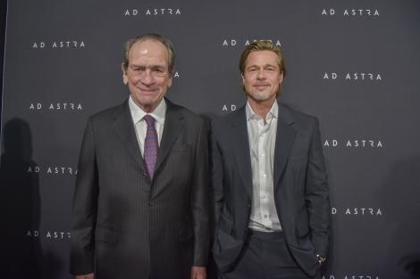 映画『アド・アストラ』(公開中)日本のCMでもおなじみのトミー・リー・ジョーンズ(左)とブラッド・ピットが共演