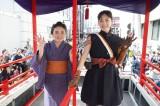 福島県会津若松市の会津まつり会津藩公行列に参加した綾瀬はるか(右)、鈴木梨央(左)