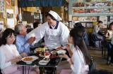 ファミリーマートのオリジナル惣菜・冷凍食品ブランド「お母さん食堂」のテレビCM「涙の味 おじさん篇」メイキングカット