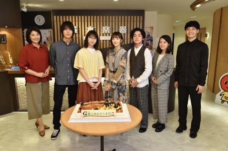 波瑠(左から3人目)主演ドラマ撮影現場を主題歌担当の緑黄色社会(右端から4人)が表敬訪問(C)TBS