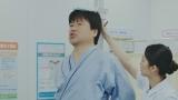 あらゆる手段で測定数値をごまかそうとするメタボ中年を演じる佐藤二朗。WEB動画『佐藤二朗の笑えるけど笑えない健康診断 身長・体重』篇より