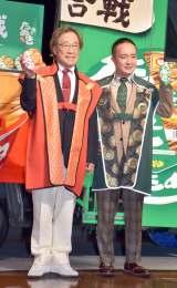 東洋水産の『赤緑合戦 全国食べ比べキャラバン出陣式』に参加した(左から)武田鉄矢、濱田岳 (C)oricon ME inc.
