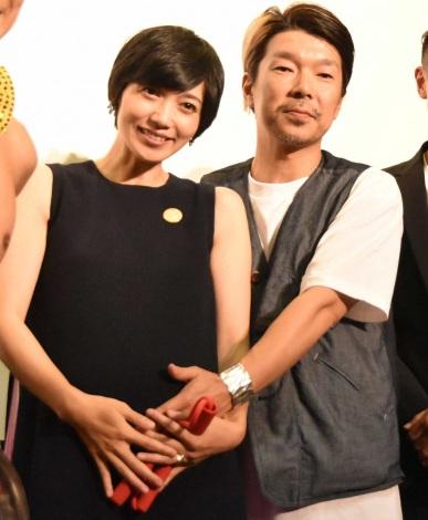 サムネイル 遠藤久美子の第2子出産を報告した夫・横尾初喜監督(右)(C)ORICON NewS inc.