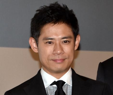 映画『任侠学園』の初日舞台あいさつに出席した伊藤淳史