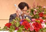 """ダジャレを求められて「カメラを""""みず""""に」と話す城島茂 (C)ORICON NewS inc."""