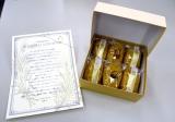 結婚報告会見を行ったTOKIO・城島茂が報道陣に手渡した手土産 (C)ORICON NewS inc.