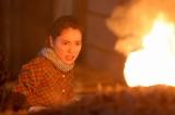 連続テレビ小説『スカーレット』第1回より。窯の穴から吹き出す炎に驚く川原喜美子(戸田恵梨香)(C)NHK