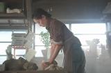 連続テレビ小説『スカーレット』第1回より。力強く土をこねる川原喜美子(戸田恵梨香)(C)NHK