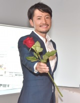 ローズを持ち笑顔の小柳津林太郎氏 (C)ORICON NewS inc.