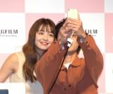笑顔で写真撮影する2人(C)ORICON NewS inc.