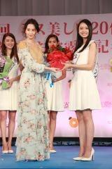 事務所の先輩・河北麻友子がグランプリ・川瀬莉子さんを祝福(C)Deview
