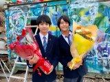 映画『ブラック校則』よりクランクアップした(左から)佐藤勝利、高橋海人