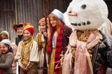 """好奇心旺盛で""""魔女""""でありながら村の子どもたちと仲良くなってしまう微笑ましいシーン"""