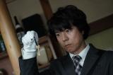 上川隆也主演『遺留捜査』新作スペシャル2週連続放送決定。写真は11月10日放送「新作スペシャル2」より。糸村は古ぼけた小さな鍵を見つける(C)テレビ朝日