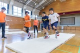 『ユニバーサル・ラン<スポーツ義足体験授業>』を体験する子どもたち。
