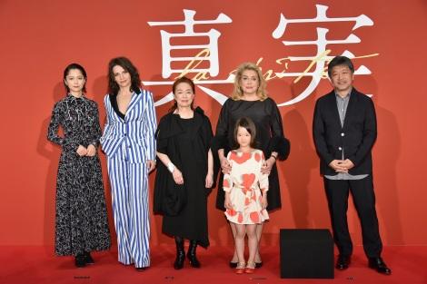 国際共同製作映画『真実』のジャパンプレミアに出席した(左から)宮崎あおい、ジュリエット・ビノシュ、宮本信子、カトリーヌ・ドヌーヴ、佐々木みゆ、是枝裕和監督
