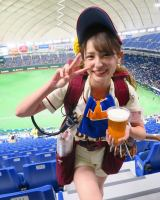 池谷アナ、ビールの売り子写真公開