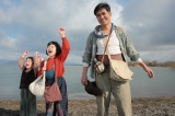連続テレビ小説『スカーレット』第1週より。ヒロイン・喜美子(中央/川島夕空)の父・川原常治を演じる北村一輝(右)(C)NHK