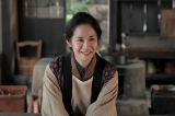 連続テレビ小説『スカーレット』ヒロインの母・マツを演じる富田靖子(右)(C)NHK