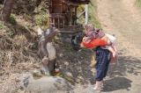 連続テレビ小説『スカーレット』第1週より。道に置かれたタヌキにあいさつをする喜美子(C)NHK