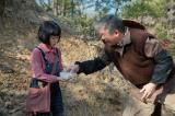 連続テレビ小説『スカーレット』第1週より。信楽の土の良さがわかるかと喜美子に聞く慶乃川(C)NHK