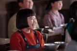 連続テレビ小説『スカーレット』第1週より。4年生の教室にて。給食を楽しみに待つ喜美子(C)NHK