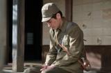 連続テレビ小説『スカーレット』第1週より。縁側に力なく座っている草間宗一郎(佐藤隆太)(C)NHK