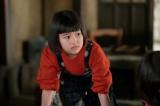 連続テレビ小説『スカーレット』第1週より。縁側に誰かいると気づき、のぞき込む喜美子(C)NHK