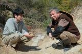 連続テレビ小説『スカーレット』第1週より。慶乃川にどんなものを作っているのかと聞く草間(C)NHK