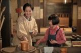 連続テレビ小説『スカーレット』第1週より。そのうち内職でもすると言うマツに「身体弱いねんから無理したらあかん」と言う喜美子(C)NHK