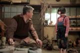 連続テレビ小説『スカーレット』第1週より。慶乃川に先日の態度をわびる喜美子(C)NHK