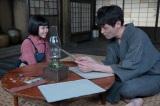 連続テレビ小説『スカーレット』第1週より。喜美子の描いた絵を見て、「すごいよ、たいしたもんだ」と言う草間(C)NHK