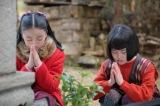 連続テレビ小説『スカーレット』第1週より。照子の兄の墓に手を合わせる喜美子と照子(C)NHK