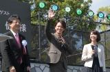熊本城の復旧記念式典にサプライズ登場した佐藤健(中央)