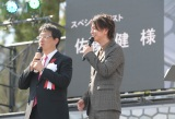 熊本城の復旧記念式典にサプライズ登場した佐藤健(右)と大西一史・熊本市長