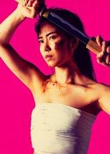 サラシ姿で刀を抜く主人公・広能昌三役の横山由依(AKB48)=『仁義なき戦い〜彼女(おんな)たちの死闘篇〜』