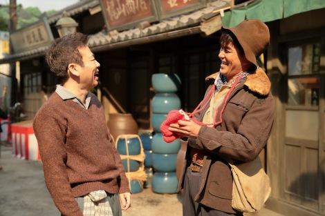 連続テレビ小説『スカーレット』第2週・第7回より。常治は喜美子と直子のために手袋を買ってきたのだが…(C)NHK