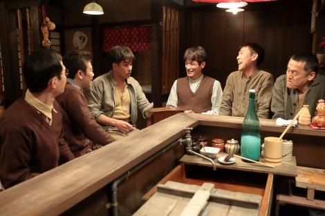 連続テレビ小説『スカーレット』第2週・第9回より。草間が建て替えてくれた借金を返すため、一度買ったラジオを返品していた常治に、大人たちの気遣いが…(C)NHK