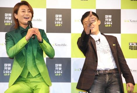 格安携帯キャリア・X-Mobile新CM発表会に登場した(左から)氷川きよし、木野将徳氏 (C)ORICON NewS inc.