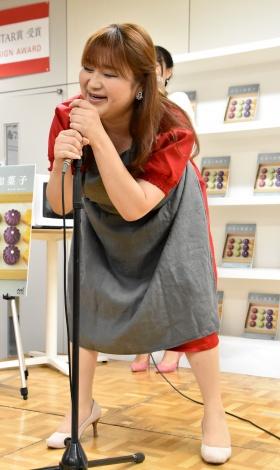 太ももが耐えられず、足を伸ばして歌うりんごちゃん=『おうちで作れる 野菜の和菓子』出版記念発表会 (C)ORICON NewS inc.