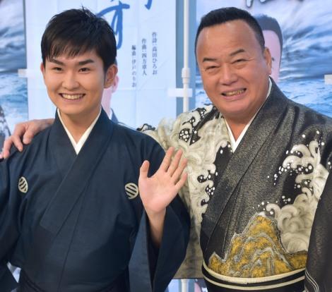 『北海道まるごとフェアinサンシャインシティ2019』に登場した(左から)彩青、細川たかし (C)ORICON NewS inc.