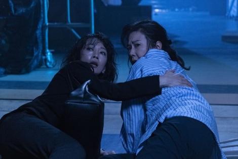 金曜8時のドラマ『特命刑事 カクホの女2』(10月18日スタート)第1話より。倒れ込む百合子と亜矢…。目の前に広がる真実とは(左から)麻生祐未、名取裕子(C)テレビ東京