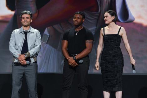 ディズニーファンの世界的祭典『D23 Expo2019』のステージに登場した『スター・ウォーズ/スカイウォーカーの夜明け』キャスト(左から)オスカー・アイザック、ジョン・ボイエガ、デイジー・リドリー