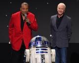 8月に開催された『D23 Expo 2019』で行われた『スター・ウォーズ/スカイウォーカーの夜明け』のプレゼンテーションに登壇したビリー・ディー・ウィリアムズとアンソニー・ダニエルズ、R2-D2も(C)2019 Getty Images