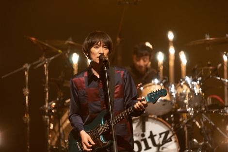 優しい歌声を響かせる草野マサムネ(C)NHK