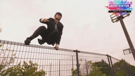 『ミュージックステーション』PR映像で華麗に柵を飛び越えるタモリ(C)テレ朝日