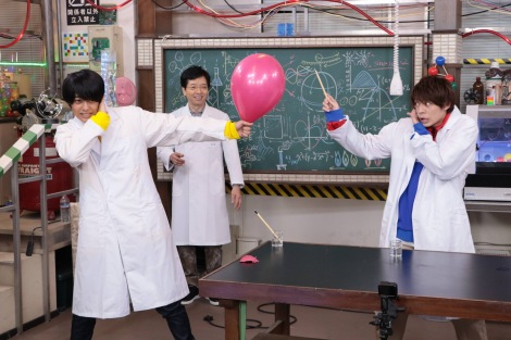 『でんじろうのTHE実験』に出演する(左から)��橋海人、米村でんじろう、岸優太