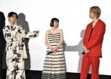 村上虹郎(左)から衣装のツッコミを受ける綾野剛(右)=映画『楽園』の公開初日舞台あいさつ (C)ORICON NewS inc.